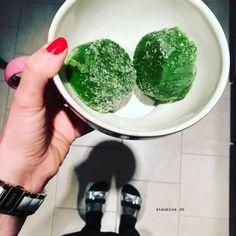 Ich friere im Muffinsblech meinen grünen Smoothie ein. Danach kann ich es Portionsweise auftauen lassen. So einfach kann gesund sein...