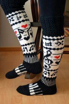 Minulla on ystävä, jolle musiikki on lähellä sydäntä. Nähdessäni nämä sukat ajattelin heti, että tuossa on hänelle sukat. Näytin hänelle ... Crochet Socks, Knit Mittens, Knitting Socks, Knit Crochet, Sock Toys, Slipper Boots, Leg Warmers, Knitting Patterns, Personal Style