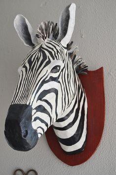 Papier mâché Tenture murale décor. Tête de zèbre fait de papier recyclé (journaux, pour la plupart) et colle et peint avec des peintures acryliques.