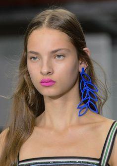 So häufig wie man in letzter Zeit über den natürlichen No Make-up-Look gelesen hat, so sehr freut man sich über den neuen Farbmut der Designer für Frühjahr/Sommer 2017. Die Lippen dürfen jetzt nämlich gerne auch mal in knalligen Neonfarben leuchten.