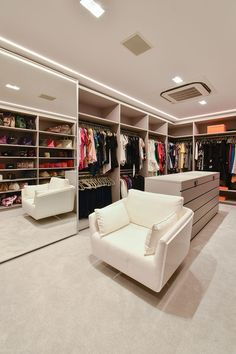 Luxury Interior, Home Interior Design, Suite Principal, Dressing Room Design, Storage Hooks, Room Closet, Closet Designs, Mudroom, Shoe Rack