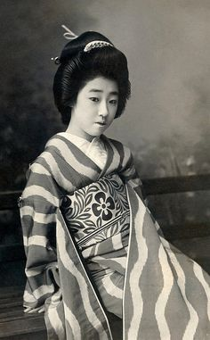 Geisha Girl Japanese Japan Woman Far East B&W Inch Photograph Vintage Photographs, Vintage Photos, Art Geisha, Japan Woman, Turning Japanese, Old Photography, Japanese Outfits, Japanese Beauty, Maneki Neko