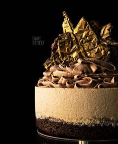 Brownie coffee mousse cake, a brownie base with walnuts accompanied by a coffee mousse and crowned with a SMBC chocolate. French Desserts, No Bake Desserts, Delicious Desserts, Dessert Recipes, Chocolate Mouse Cake, Chocolate Desserts, Chocolate Decorations, Coffee Mousse, Making Whipped Cream