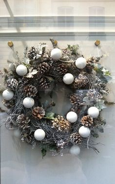 couronne nature Plus Christmas Advent Wreath, Noel Christmas, Holiday Wreaths, Winter Christmas, Holiday Crafts, Holiday Decor, Deco Noel Nature, Deco Table Noel, Diy Wreath