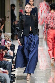 Giorgio Armani Resort 2020 Fashion Show Giorgio Armani Resort 2020 Collection - Vogue Trend Fashion, Fashion Moda, Fashion 2020, Look Fashion, Runway Fashion, High Fashion, Fashion Design, 2000s Fashion, Vogue Fashion