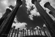 the impressive columns surrounding the vatadage in Medirigiriya