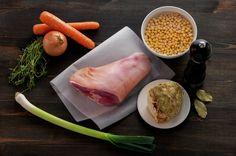 Tradisjonell ertesuppe kokt på svineknoke er god, solid bondekost som egner seg… Fresh Rolls, Dessert, Ethnic Recipes, Soups, Food, Desserts, Deserts, Soup, Meals