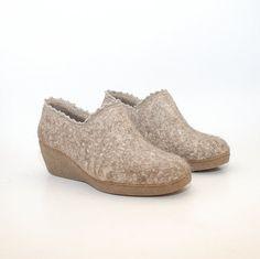 Deze elegante Gevilte wol wig schoenen zijn gemaakt van natuurlijke wol en ongeverfde vlas vezels. De vlas vezels versterken de wiggen en geven elk paar eigen decor. De randen zijn bijgesneden met linnen kwartnoot tot finish de unieke look. Uw voeten zal kijken stijlvolle en comfortabele vanaf het moment dat u uw Woolenclogs zetten blijven.  Elk paar is op bestelling gemaakt, dus u uw exacte grootte krijgt (Zie 5e foto voor grootte grafiek verwijzing). We onze wol de bron alleen uit…
