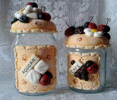 lindo jogo de potes decorado em biscuit com flores, joaninhas, açúcar e café... acabamento em verniz fosco... pote café - capacidade 750ml ,peso 730 grs, 18cm alt, 10 cm largura pote açúcar - capacidade 1300 lt, peso 850 grs, 21 cm alt, 10 cm largura pode ser feito em outras cores, como lara... Clay Jar, Fimo Clay, Polymer Clay Projects, Felt Cake, Clay Fairy House, Painted Jars, Polymer Clay Miniatures, Pasta Flexible, Cold Porcelain