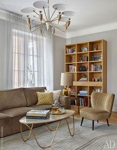 Журнальный стол и стеллаж для книг в гостиной выполнены на заказ по эскизам дизайнера.