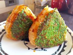 ベランダの大葉、80円で買ったけど後3株くらい欲しいくらい美味しく頂いています週末の朝食は味噌ダレをつけて大葉を巻いた焼きおにぎり。【材料】(5~6個分)ご飯… Home Recipes, Asian Recipes, Cooking Recipes, Ethnic Recipes, Onigiri Recipe, Onigirazu, Rice Balls, How To Cook Rice, Tasty