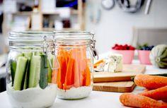 Bocaux contenant des bâtonnets de carottes et de concombre et une sauce