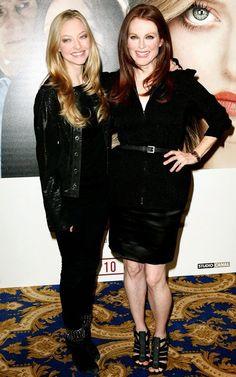 """Amanda Seyfried e Julianne Moore estão promovendo o filme Chloe. As duas optaram por um """"pretinho básico"""", mas cada uma no seu estilo. Gostei dos looks, tem tudo a ver com a personalidade e idade de cada uma!"""