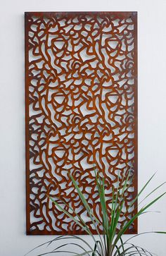 As placas e painéis são componentes que valorizam o ambiente alinhando beleza e harmonia, podendo informar a atividade da empresa de forma simples e objetiva.