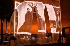 Занавески на открытой площадке у бассейна послужили проекционной поверхностью для демонстрации весенней коллекции модельера Marie Saint Pierre.