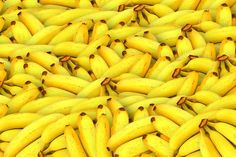 You'll never look at the humble banana the same way again after discovering the many health benefits and reasons to add them to your diet. And remember, bananas make great snacks and delicious smoothies. Shaker Proteine, Banana Passa, Eating Bananas, Freeze Bananas, Banana Fruit, Banana Peels, Banana Milk, Banana Chips, Natural Teeth Whitening