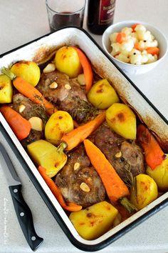 Ceafă de porc la tavă cu vin roşu şi legume aromate, o reţetă uşoară şi rapidă. Carnea va fi suculentă şi plină de arome şi se va face odată cu garnitura. Romania Food, Pot Roast, Bacon, Recipies, Pork, Food And Drink, Yummy Food, Favorite Recipes, Healthy Recipes
