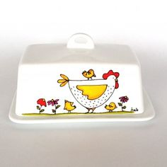 Butter dish - Chicken - hand painted by artist Isabelle Malo May contain 1 pound of butter ! size: 4 x 7 x 4 Hand wash cleaning is recommend. Color may vary one screen to another I can do international delivery, please, contact me Pottery Painting, Ceramic Painting, Ceramic Art, Painted Plates, Hand Painted, Earthenware, Stoneware, Ceramic Butter Dish, Chicken Art