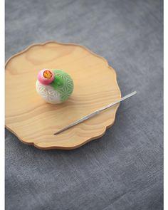 Camellia by Kyoko Oyatsu Japanese Wagashi, Japanese Sweets, Japanese Food, Japanese Tea Ceremony, Vegan Treats, Aesthetic Food, Sweet Desserts, Cute Food, Confectionery