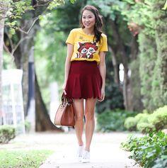 Camiseta Colcci com estampa de raposa, saia godê de tricô bordô, bolsa Colcci e Melissa Love System