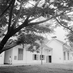 Overhoeks aanzicht van het gebouw van een landbouw-laboratorium, Indonesië (1947)
