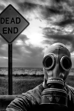 Image de gas mask, black and white, and dead Gas Mask Art, Masks Art, Gas Masks, Foto Portrait, Arte Horror, End Of The World, Apocalypse, Fantasy Art, Creepy