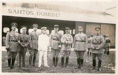 www.glorias.com.br - Três fotografias, originais e inéditas no Brasil, do carismático aviador em reunião com outros militares. #santosdumont