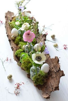 Make a table decoration for Easter even - a spring arrangement on tree bark, Deco Floral, Floral Design, Tree Bark Crafts, Floral Quotes, Make A Table, Small Bottles, Diy Décoration, Spring Blossom, Deco Table