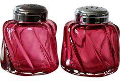 Cranberry Glass Salt & Pepper Shakers Z Cranberry Glassware, Antique Glassware, Crystal Glassware, Waterford Crystal, Vintage Dishes, Vintage Kitchen, Salt And Pepper Set, Fenton Glass, Carnival Glass