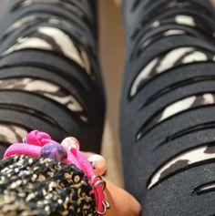 """Il bracciale, in lycra fucsia, è composto da perle Swarovski, pietre dure crazy lace viola, passanti dal design di Murano e rondella in strass rosa.  Definito """"il trend del momento"""", lo avrete visto al polso di ogni fashionista."""