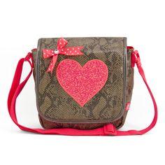 • Kindertasje -  SNAKE  € 29,95 • Afmetingen: 25 x 20 x 10 cm Het kindertasje SNAKE heeft een oranje glitter hart op de voorkant en is te sluiten door middel van een klittenbandsluiting. De tas bevat een vak voor je drinkbeker en een mobielhouder. Daarbij is de tas voorzien van een verstelbare schouderband.