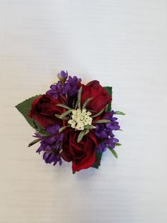 Wrist Corsage Wedding, Homecoming Ideas, Wax Flowers, White Queen, Corsages, Sweet 16, Red Roses, Greenery, Dream Wedding