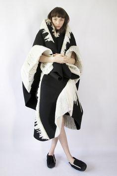 Claudia Li设计的服装,用立体剪裁制造出蓬松自然的廓形和流畅的雕塑感,并以立体刺绣打造出类似渐变的色彩效果。