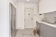 La cocina de Fernando y Laura - zona de aguas y frigorífico doble #cocina #kitchen #diseño #design #blanco #white #gris #grey #iluminacion #lighting #comedor #dinning