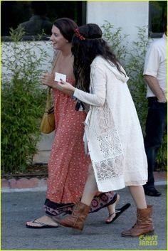 Selena  e Charity Baroni vão almoçar em Tarzana, CA  7