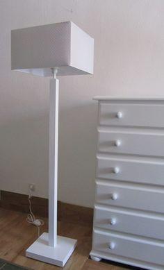 Lampara de pie cuadrado lacada en color blanco. El precio incluye la pantalla de 40x40x25 cm. forma Cuadrada en color Gris con topos blancos. También disponibles con otras pantallas .   Medidas :  Base 30x30 cm.*5 cm. grueso  Altura total 1,35 mtro