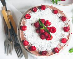 Food allergies, be damned! This Tastes Good: A Raw, Gluten-Free Chocolate Cake Recipe Raw Chocolate Cake, Gluten Free Chocolate Cake, Chocolate Raspberry Cake, Healthy Chocolate, Raw Desserts, Delicious Desserts, Paleo Dessert, Raw Food Recipes, Cake Recipes