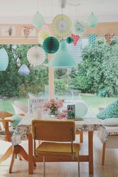 Die Natur ins Zuhause holen! Als Floristin kann das die 39-jährige Simone aka Simi Li besonders gut. Florales finden wir nicht nur in ihren Vasen, ihre Liebe zu Blumen ist auch in den zahlreichen Mustern und Farben ihrer Einrichtung unverkennbar. Warum die Nelke ihr absoluter Favorit in der Pflanzenwelt ist und wo ihre ausgeprägte Kreativität in der 160 Quadratmeter großen Erdgeschosswohnung sonst noch zu finden ist, verrät sie uns heute in ihrer Homestory. Hereinspaziert! ...