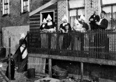 Onbekend. Voor de woning op de steg. Gezin. #NoordHolland #Volendam
