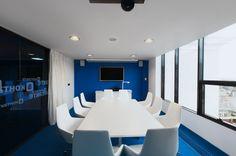 Office Design V Kontakte's Youthful St. Blue Office, White Office, Office Interior Design, Office Interiors, Corporate Office Decor, Corporate Offices, Design Firms, Decoration, Meeting Rooms