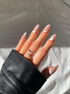 Oval Acrylic Nails, Almond Acrylic Nails, Oval Nails, Almond Nails, Glow Nails, Glitter Nails, Gold Glitter, Stylish Nails, Chic Nails