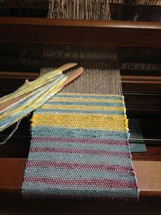 "qu-ha × nollaのオリジナルシルクの手織りポーチワークショップレポートです...it says, ""Not a clue!"" Cool loom, though, asian weave, obviously. Native American Women, Woven Rug, Fascinator, Weave, Workshop, Blanket, Silk, Crochet, Inspiration"