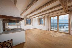 Im Erdgeschoss dominiert der gemütliche #Wohnbereich mit der offenen Küche, einem #Kamin und direktem Zugang in den schönen #Garten.