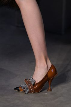 Burberry Fall 2019 Ready-To-Porter fashion show - # Prêtà . Burberry Autumn 2019 ready-to-wear fashion show Hot Shoes, Women's Shoes Sandals, Wedge Shoes, Shoe Boots, Shoes Sneakers, Sneakers Adidas, Mode Glamour, Shoes 2018, Streetwear Shoes