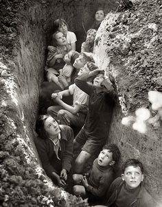 Crianças se protegendo num abrigo anti-bomba durante a Segunda Guerra Mundial.