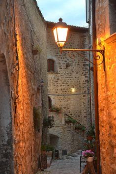 Vallo di Nera. Umbria. Italia Places To Travel, Places To Go, Italy Travel, Italy Trip, Lantern Post, My Photo Gallery, Night Pictures, Beaux Villages, Visit Italy