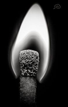 La brillance d'une flamme est liée à la matière qu'elle consume.