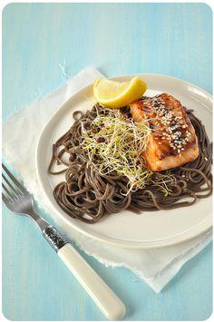 Attention, recette flemmarde. Ce plat est simple, très simple, et rapide, très rapide. Mais le saumon au miso, c'est juste sublime, une fois qu'on l'a goûté préparé comme ça, on y revient toujours. Tous les ingrédients se trouvent très facilement en épicerie...