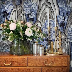 Fabric Rox & Fix, here as wallpaper. Designed by Josef Frank for Svenskt Tenn.