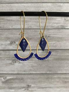 Paire de boucles d'oreilles composées de breloques gouttes de 2 x 1,5 cm, de sequins émaillés losanges de 1,5 x 1 cm et de tissages de perles miyuki. Crochets d'oreilles dormeus - 20923499 Wire Jewelry, Gemstone Jewelry, Jewelry Gifts, Beaded Jewelry, Handmade Jewelry, Unique Jewelry, Bijoux Diy, Diy Earrings, Wedding Jewelry